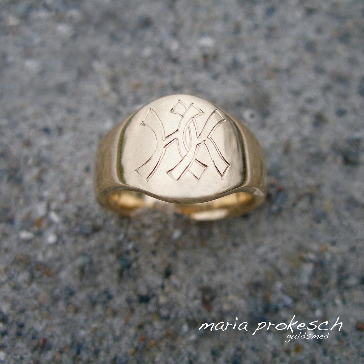 Herresmykke, herrering i guld med bogstaver som monogram . Håndlavet på eget værksted