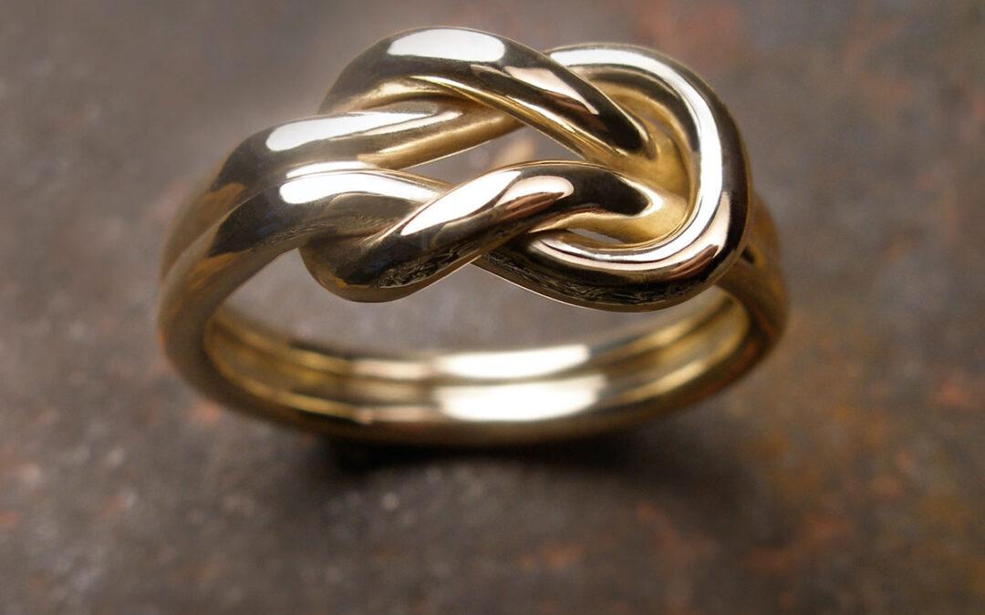 Knob-ring lavet med guldtråde