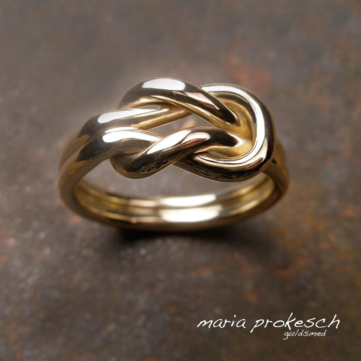 Knob ring i guld, et herresmykke som er maskulint med en knude i guldtråde. Håndlavet af guldsmed Maria Prokesch