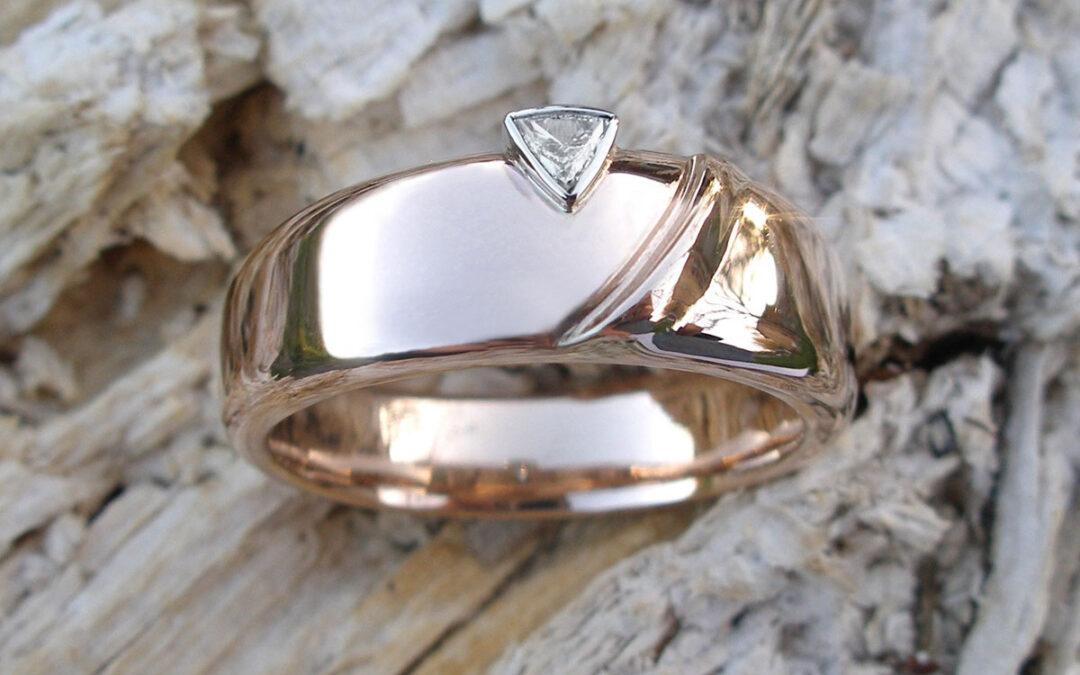 Trillant, en trekantet diamant, i herrering i guld