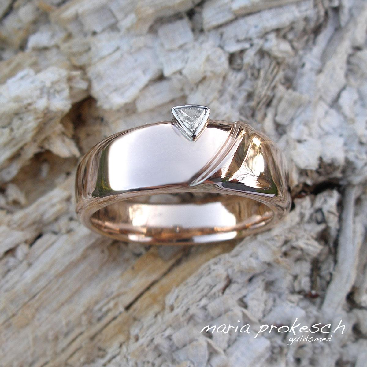 Maskulin ring i guld med trekantet diamant, trillant. Ringen til ham, når ønsket er herresmykker.