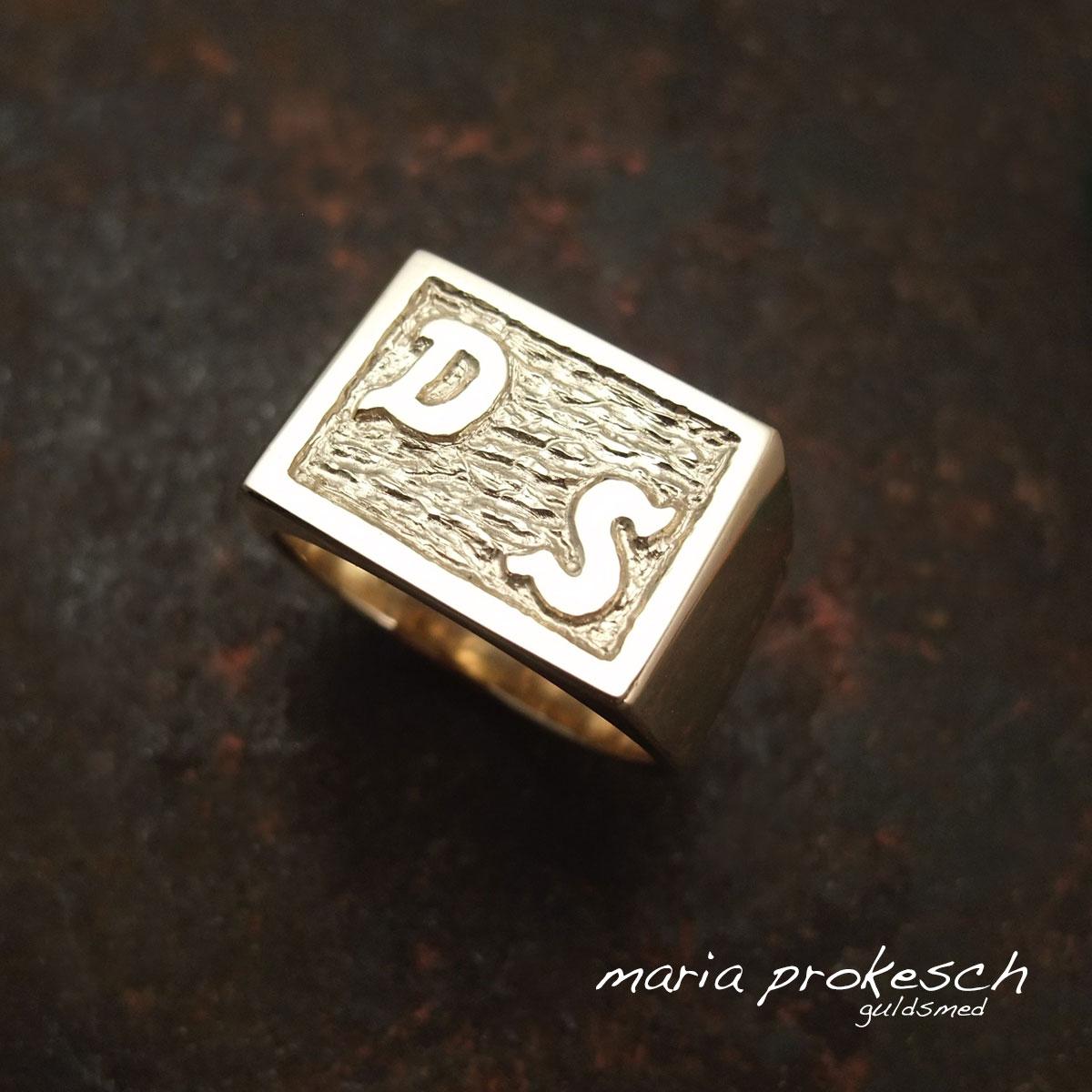 Rå mandering i guld med forbogstaver, initialer. Alle ringe, herresmykker, er håndlavede så personlige ønsker opfyldes.