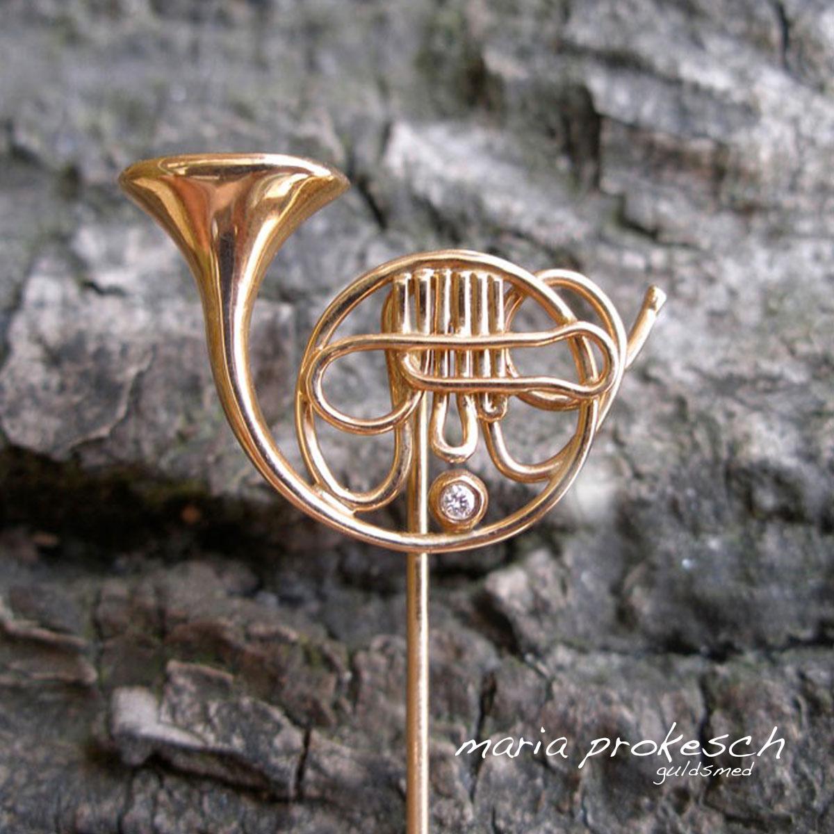 Waldhorn som reversnål i 14 kt guld til musiker. Håndlavet med fine detaljer. Personligt herresmykke