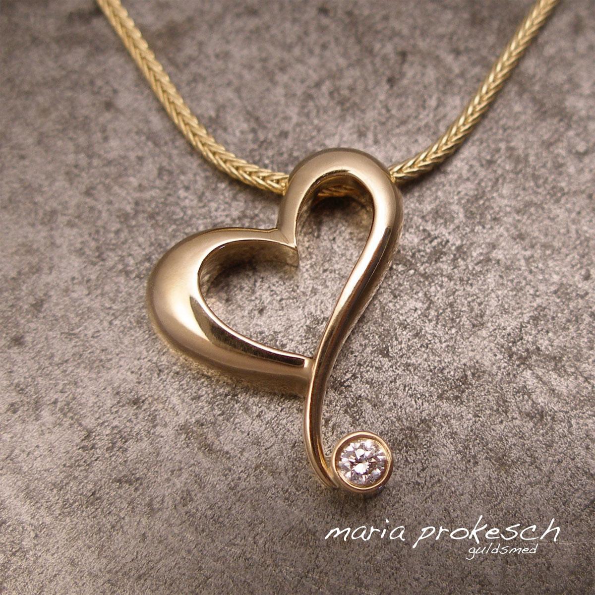 Skævt hjertevedhæng i eksklusivt unikt design. Hjertet er håndlavet i 18 kt guld med diamant.