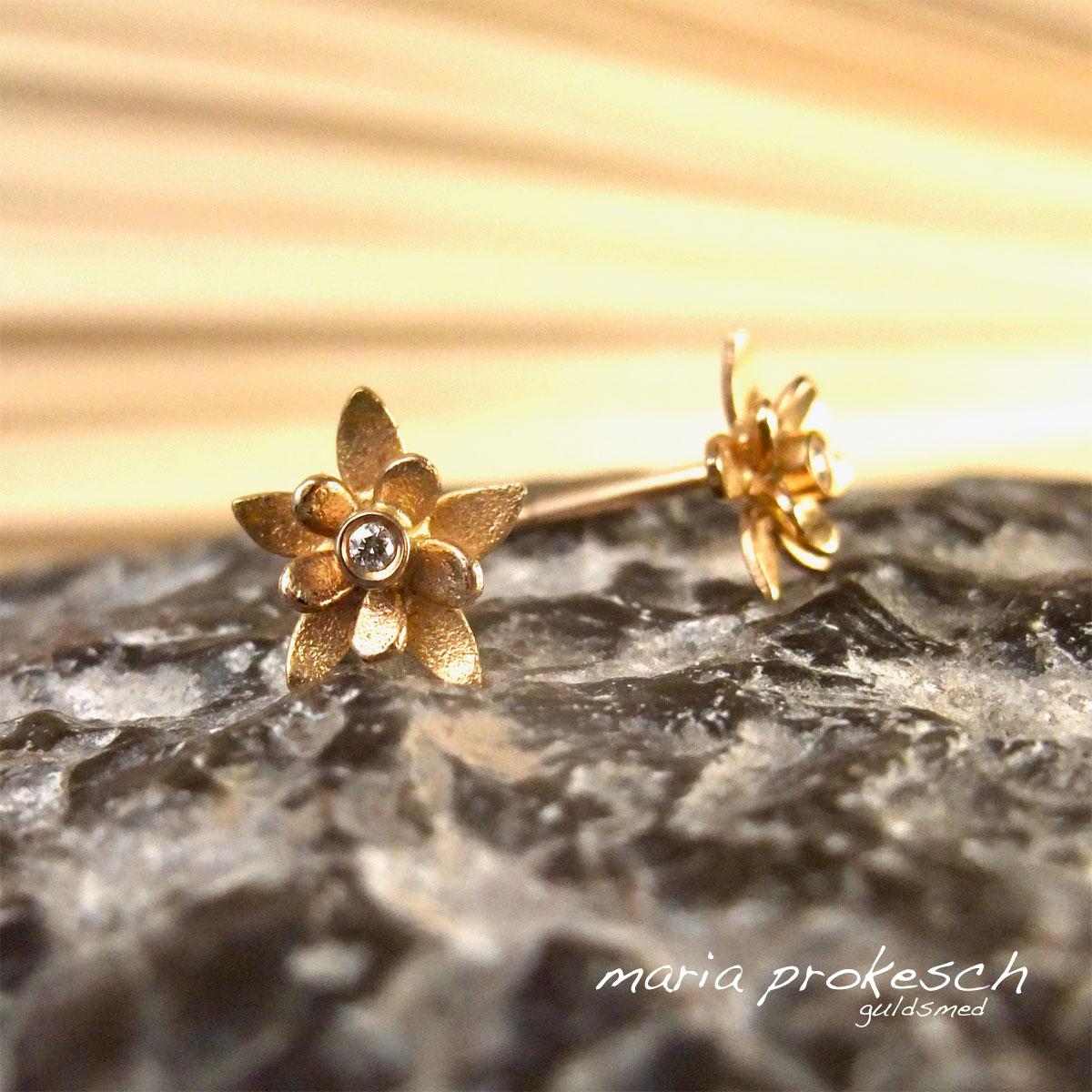 Ørestikker med små blomster i 18 kt guld og diamanter. Til bryllup, morgengave en anderledes gave til hende.