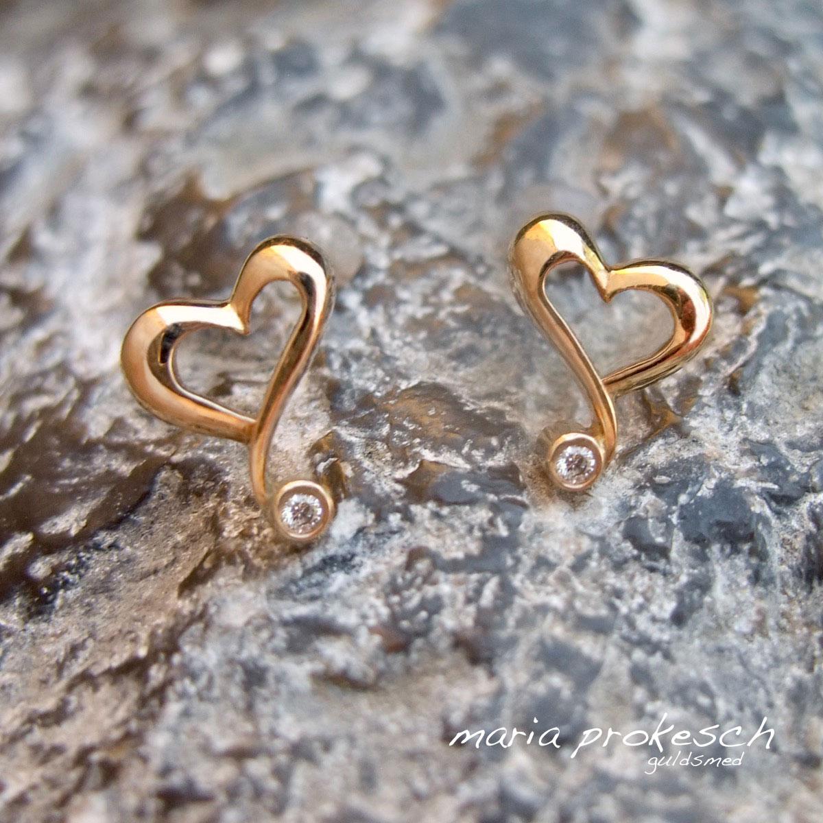 Hjerteørestikkere, skæve hjerter, i 18 kt guld med diamanter. Et anderledes design. Håndlavet god kvalitet
