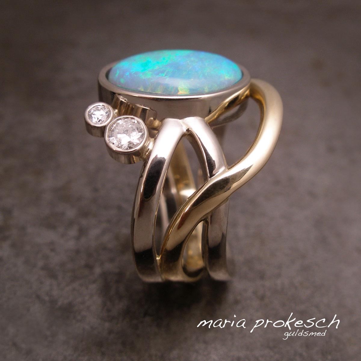 Opalring i 14 kt guld og hvidguld. Tilfældige tråde i elegant håndlavet design omkring stenen, en crystal opal. Diamanter på siden.