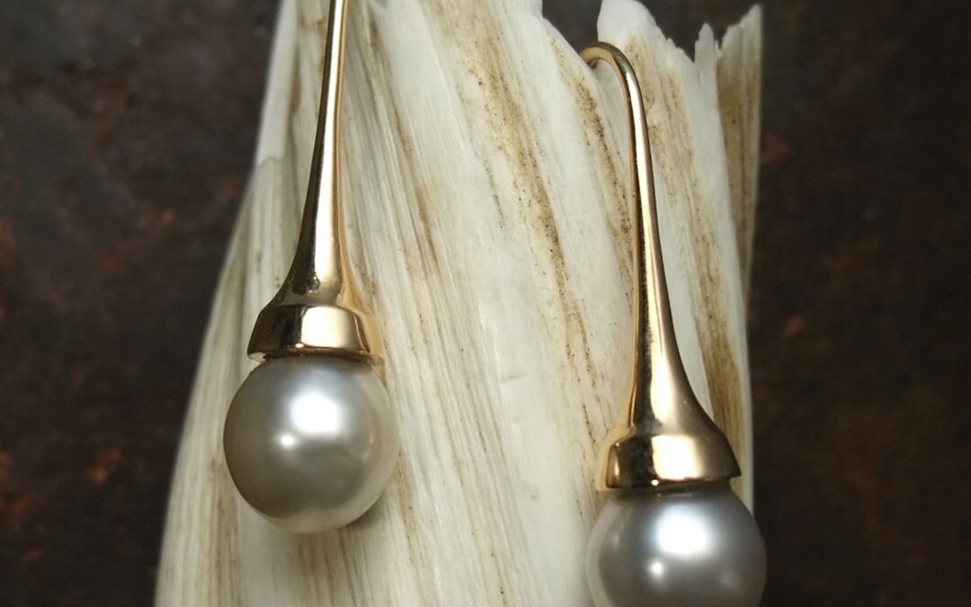Koniske ørehængere i guld med lysegrå Tahitiperler