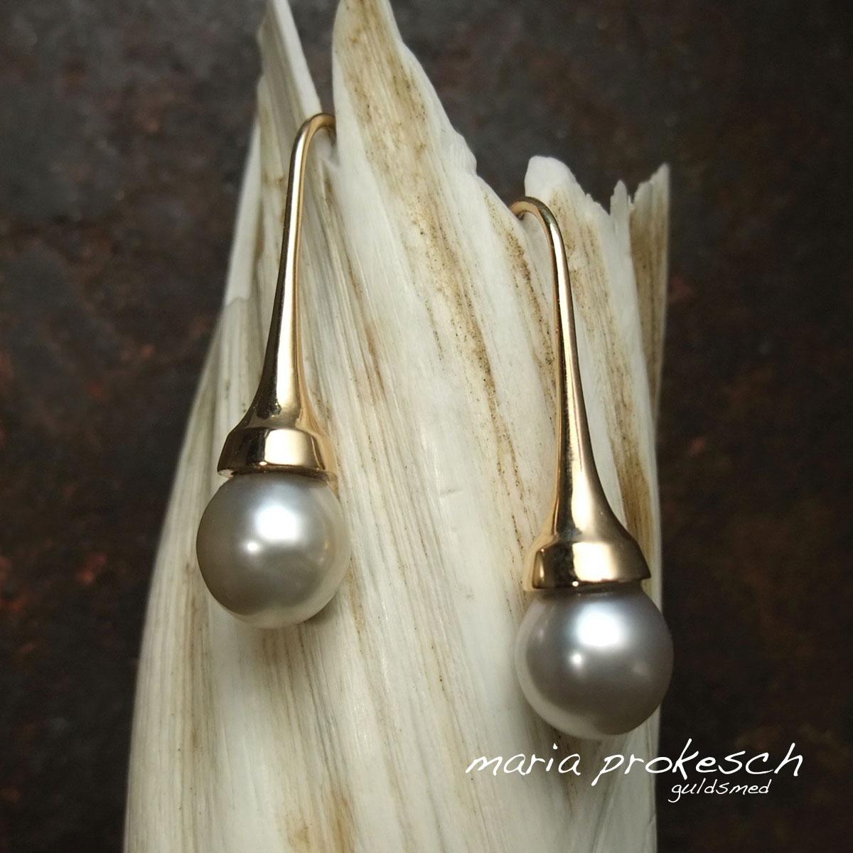 Tahitiperler i ørehængere i 18 kt guld, enkelt design. Håndlavede af guldsmeden