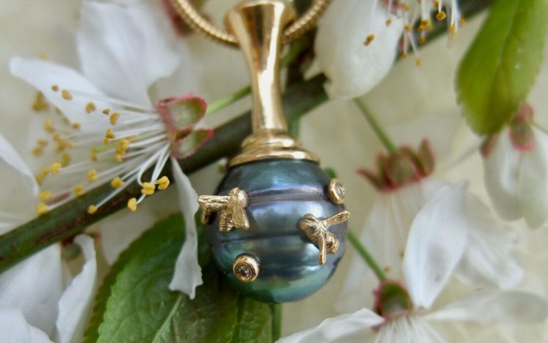 Unik bikube, guldsmykke med Tahitiperle og små bier