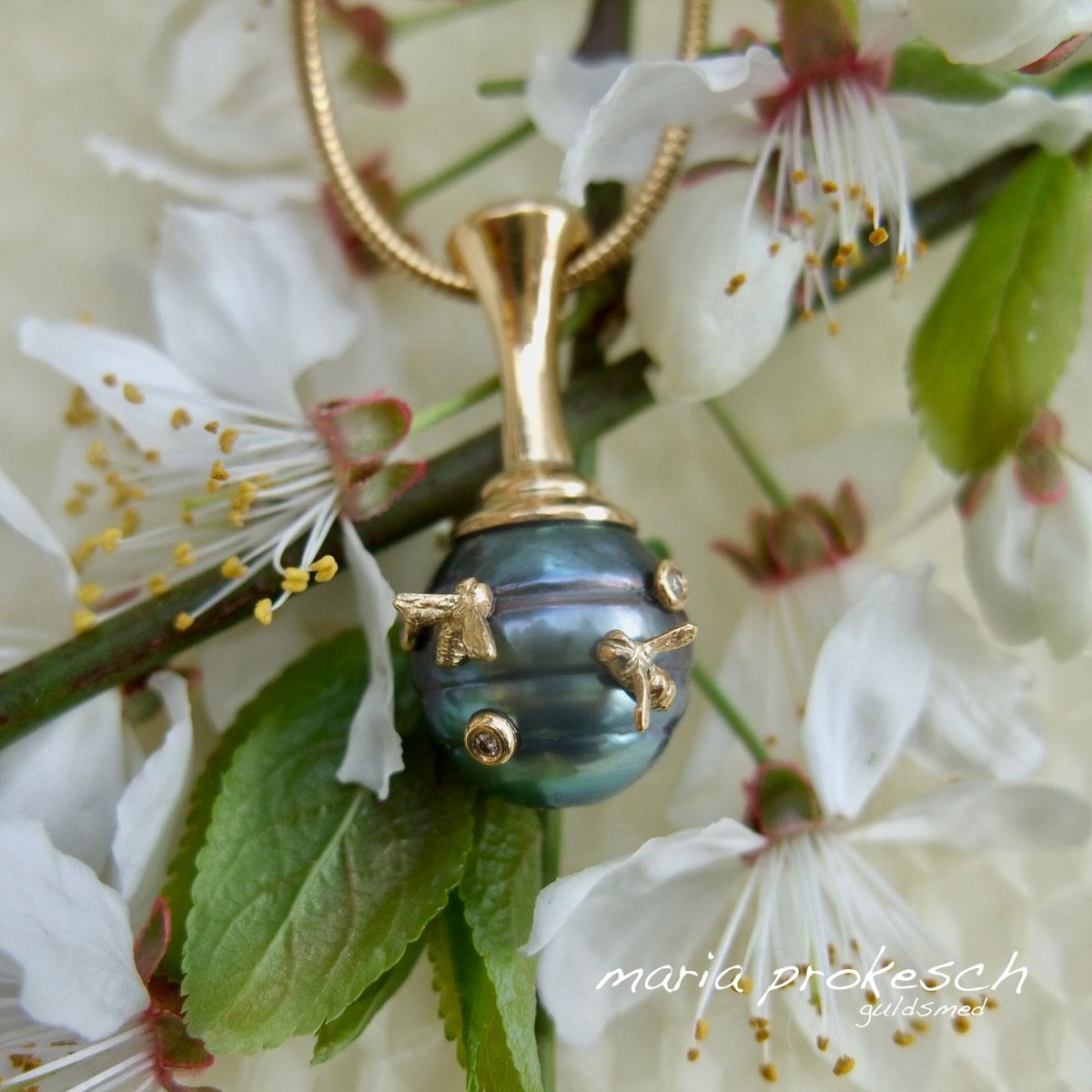 Unikt vedhæng i 18 kt guld. Tahitiperler der ligner en bikube med små bier i guld og diamanter. Håndlavet design fra Maria Prokesch