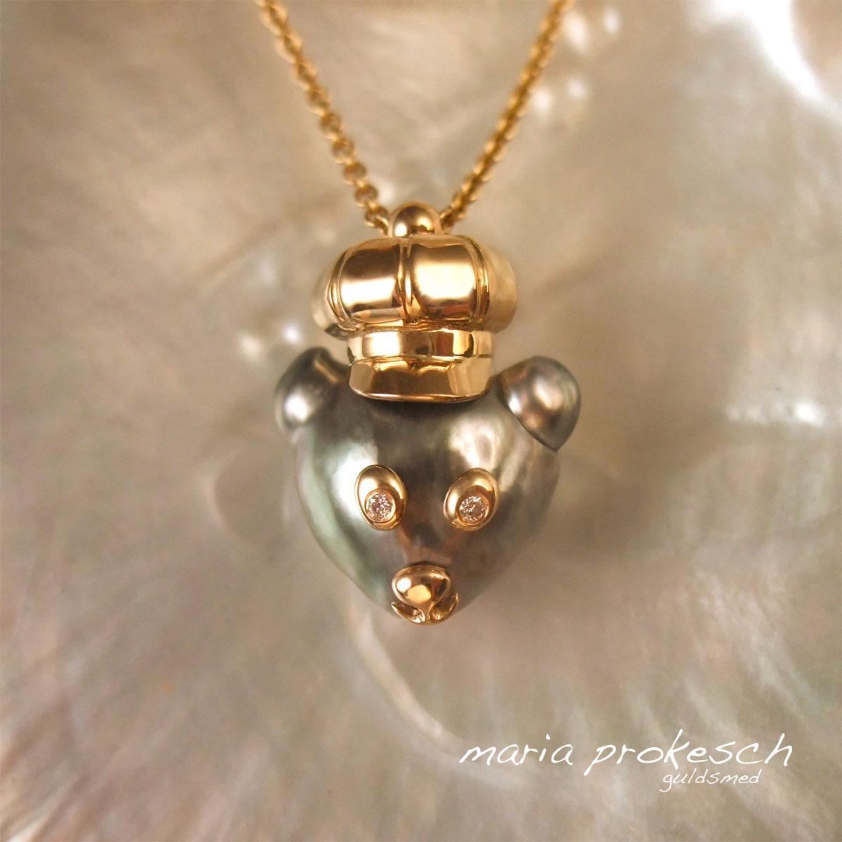 Guldvedhæng med barok Tahitiperle. Pyntet med guld ligner perlen en bjørn. Guldkasket, Ballonmütze, i specielt design.