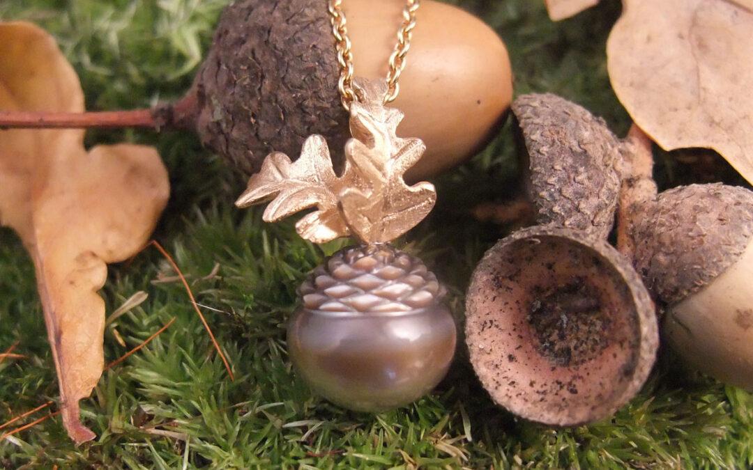 Tahiti perle graveret som agern, egeblade i guld