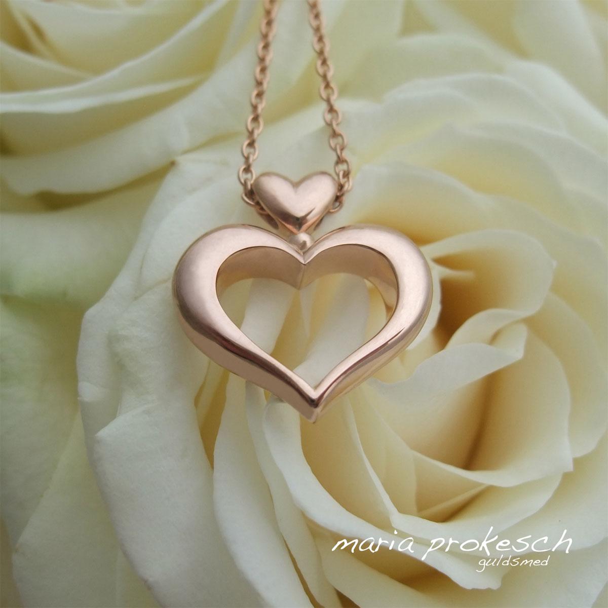 Håndlavet hjertevedhæng, buttet hjerte i rosaguld. Lille hjerte som ophæng. Som bryllupsgave eller mor barn smykke
