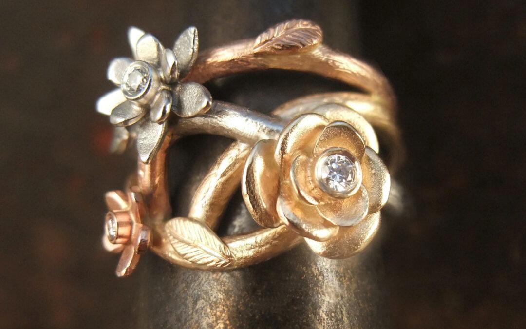 Damering, flere farver guld og forskellige blomster