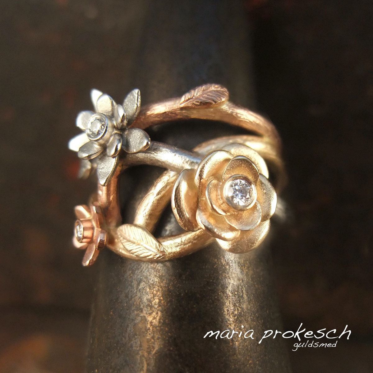 Damering med flere farver guld. Detaljer med grene, blomster, blade og diamanter