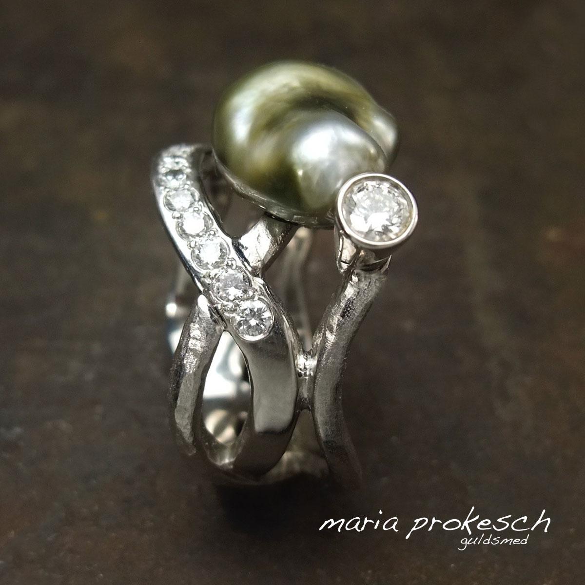Damering i hvidguld og grøn keshi perle fra Fiji. Diamanterne på trådene giver ringen et elegant udtryk