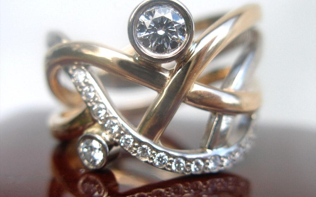 Damering i tofarvet guld, assymmetri og diamanter