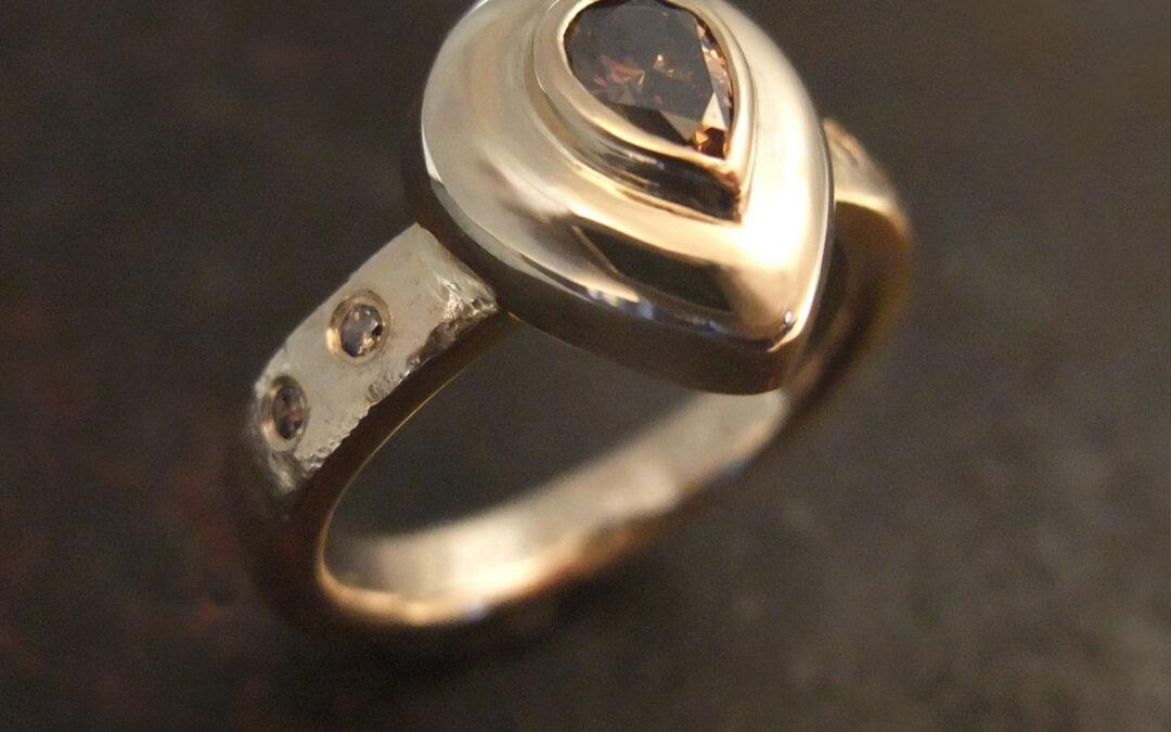 Damering i guld med naturbrune diamanter
