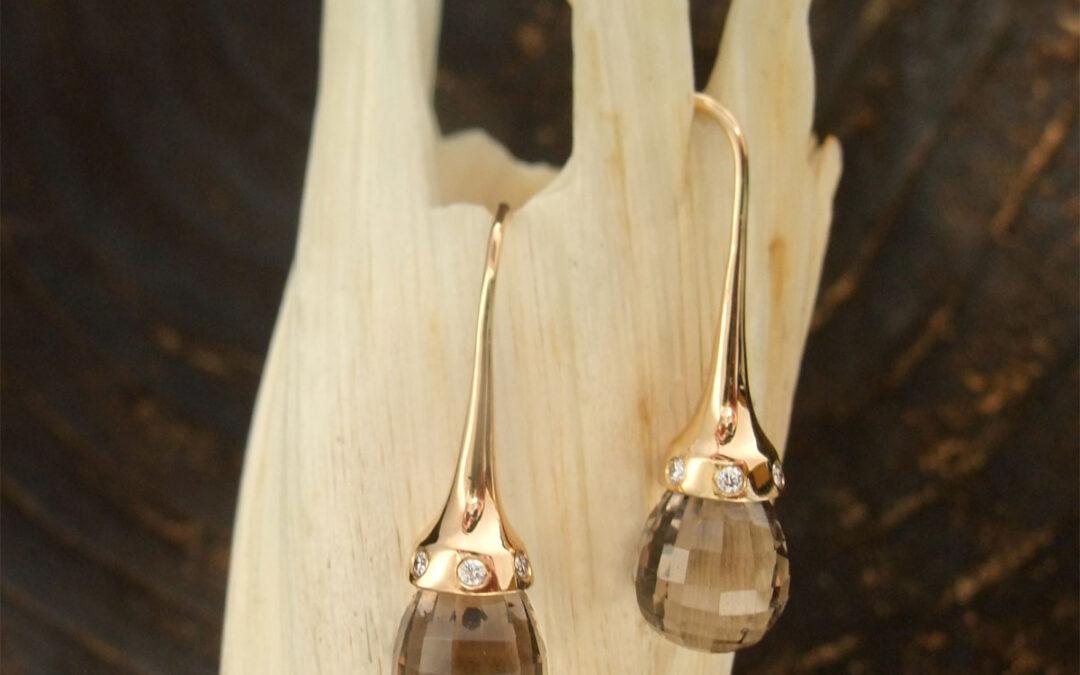 Koniske ørehængere i guld med røgkvarts og diamanter