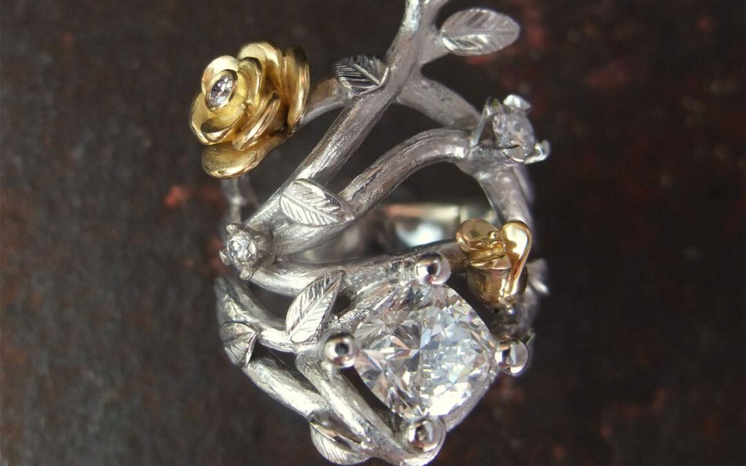 Gallaring med grene, roser og stor cushion slebet diamant