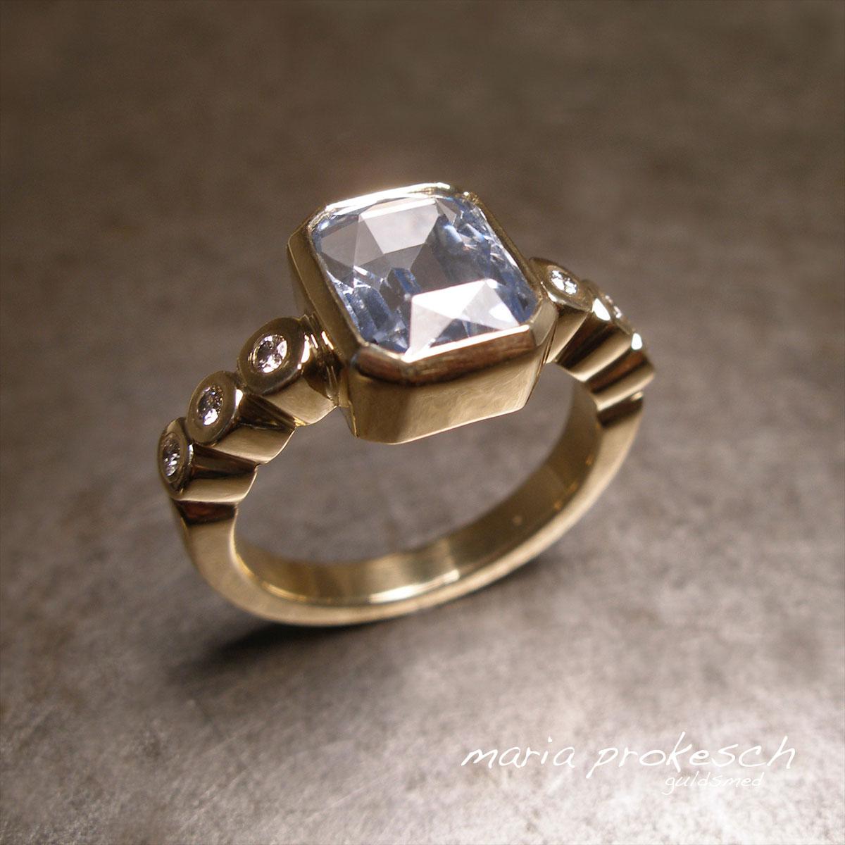 Guldring med topas i klassisk elegant design. Diamanter som pynt på siderne, alt håndlavet
