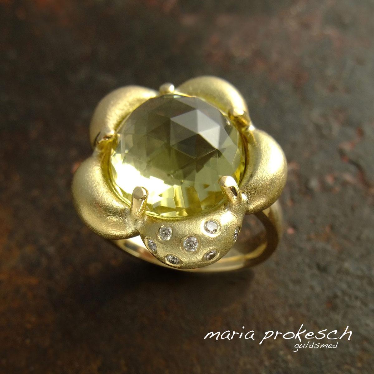 Guldring, håndlavet gallaring med bløde former som blomst med gul ædelsten og diamanter