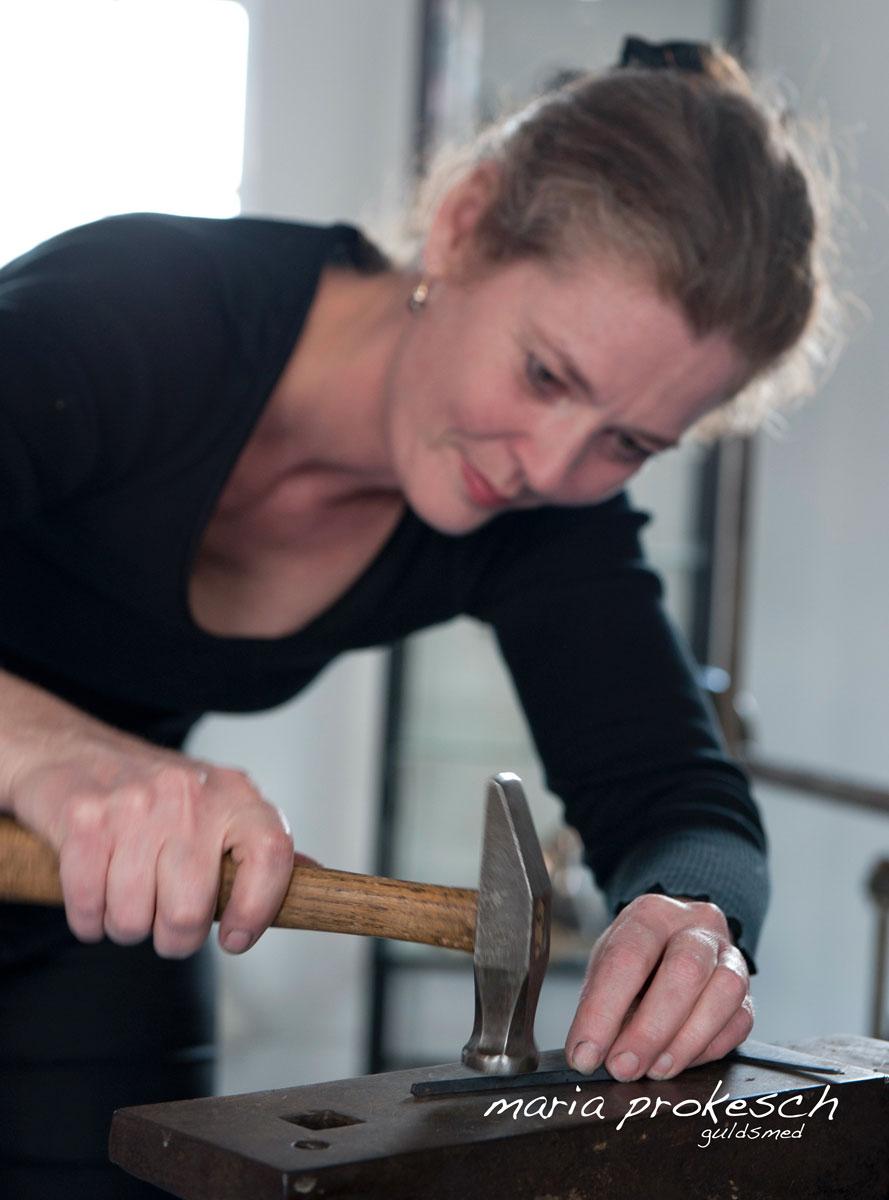 Guldsmed Maria Prokesch håndlaver smykker på guldsmedeværksted