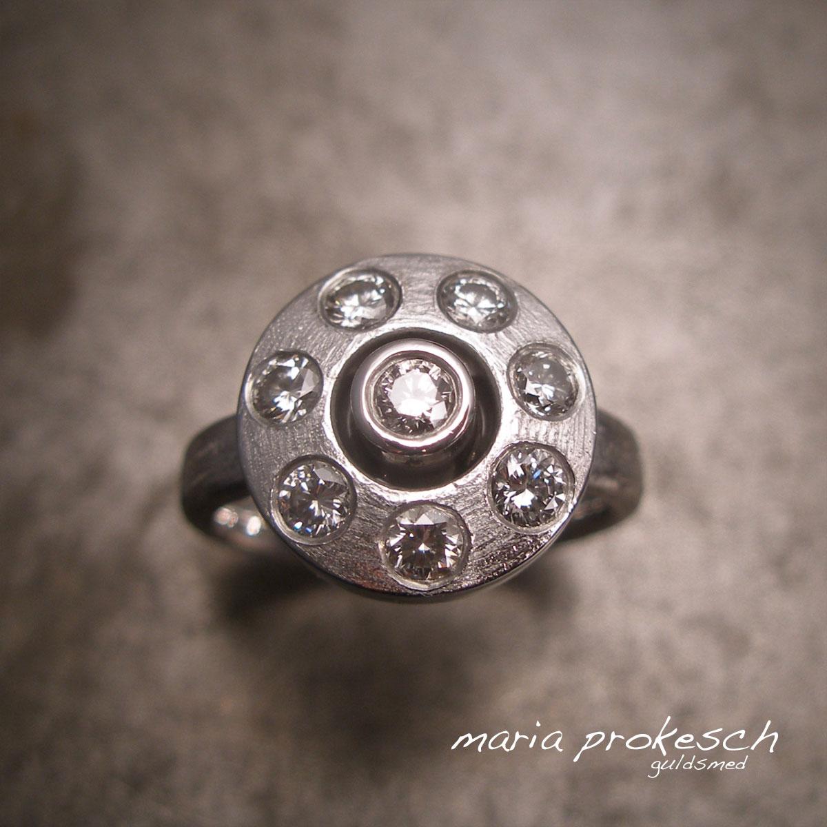 Hvidguldsring, anderledes rosetring med diamanter rundt omkring. Håndlavet på eget værksted