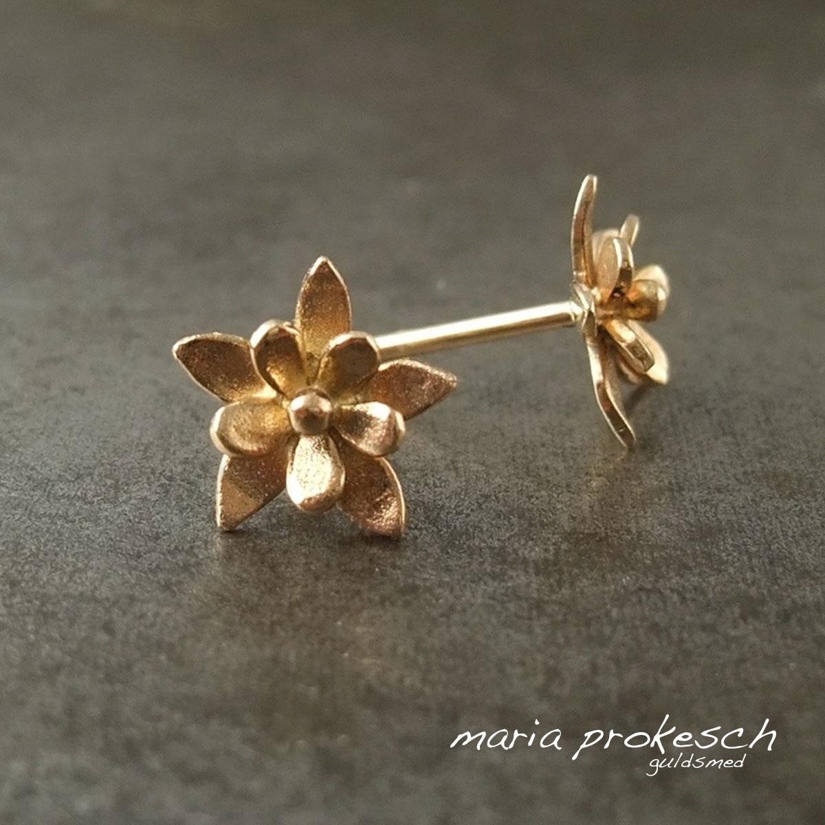 Blomster ørestikker, dobbelte, i 18 kt guld med fine detaljer. Som morgengave eller gave til hende
