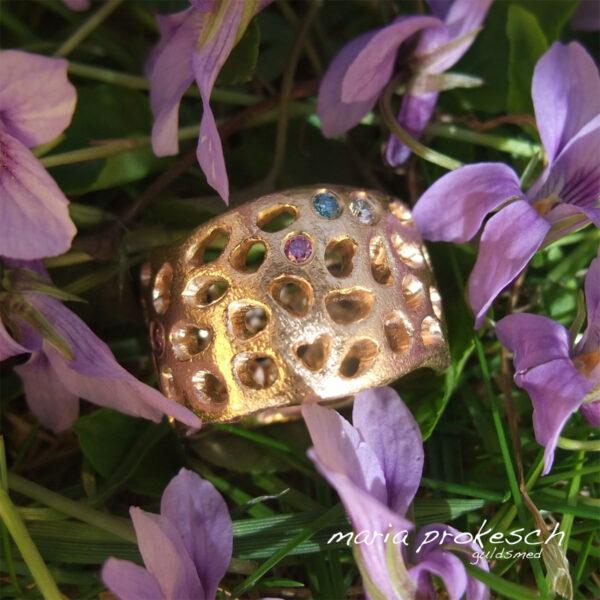 Bred guldring med tilfældige mønster og symboler