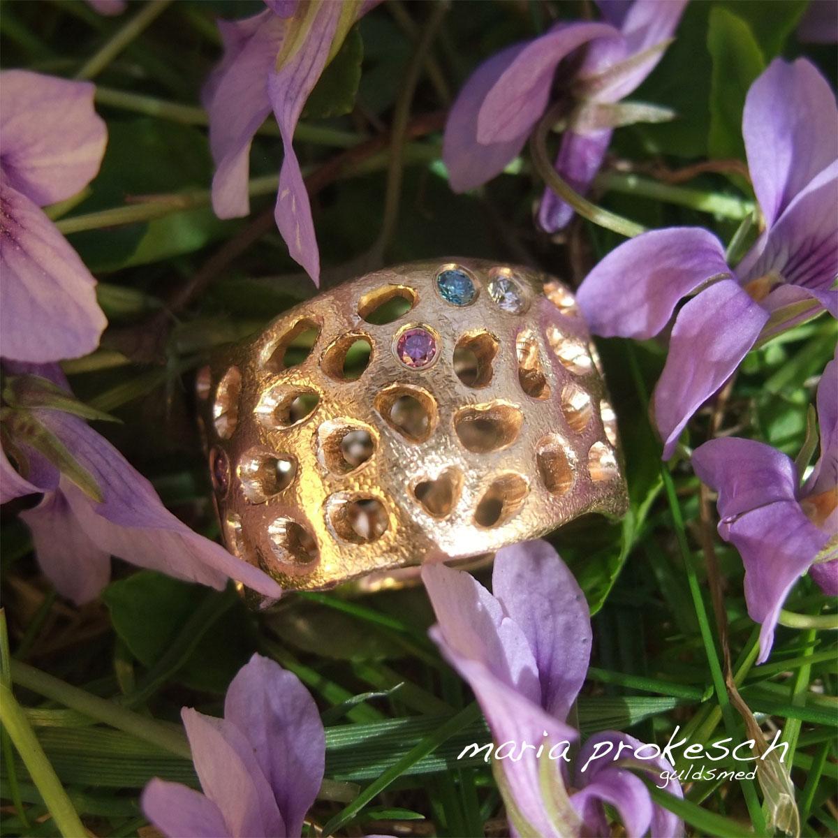 Bred ring med udsavet tilfældigt mønster i 14 kt guld med diamanter. Barselsgave med symboler på børn