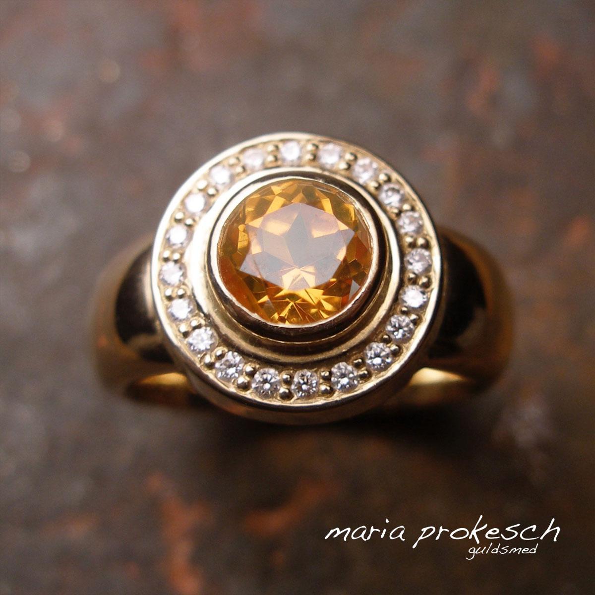 Rosetring i 18 kt guld med orange facetteret mandaringranat. En smuk ædelsten med hvide diamanter rundt om