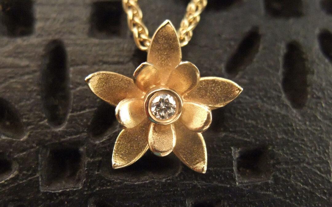 Blomster guldvedhæng, dobbelt blomst, med diamant