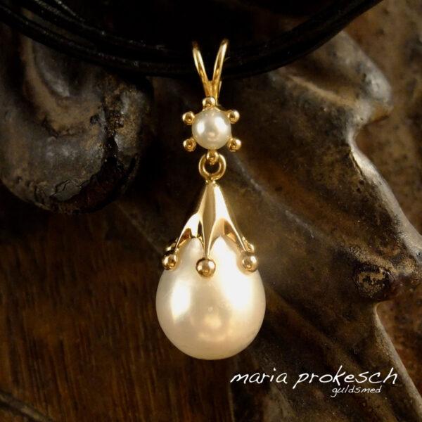 Perlevedhæng i guld med krone og eventyr muffe