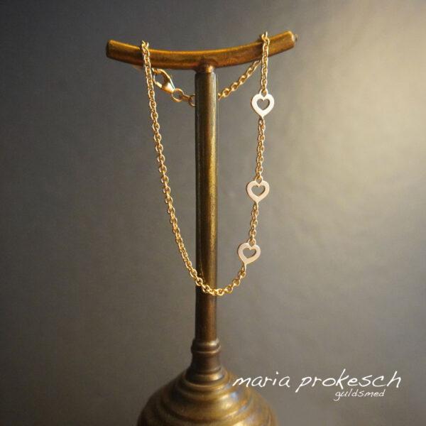Armbånd med smal guldkæde og små hjerter