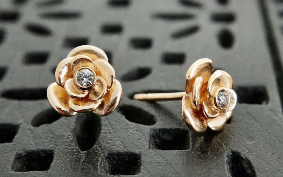 Roser med rosenblade og brillanter