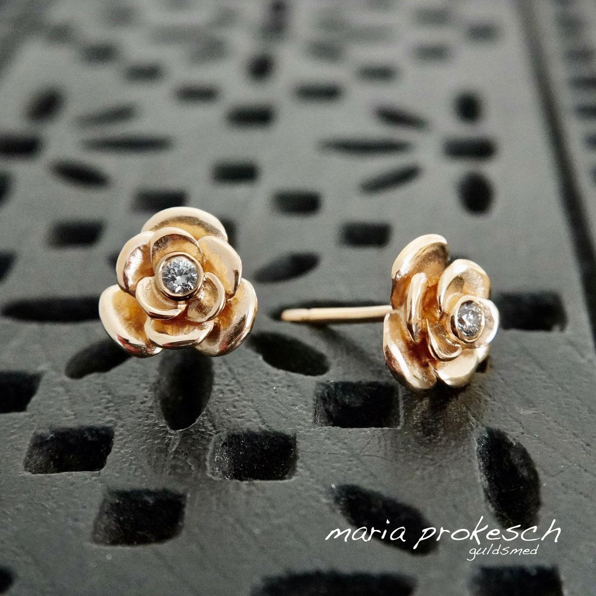 Små roser som ørestikkere i guld og diamanter, fine blomster smykker