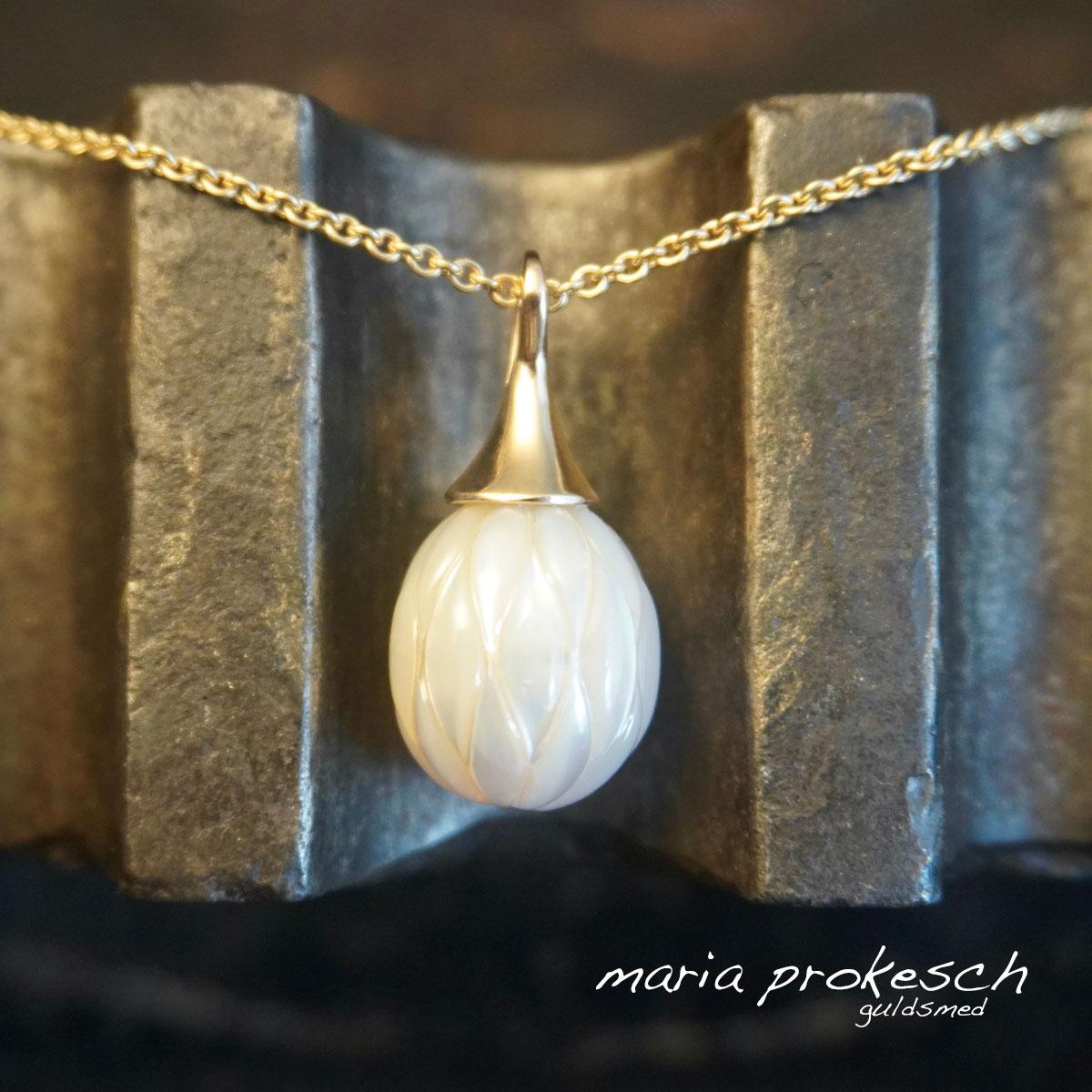 Perlevedhæng med hvid perle. Flot til bryllup. 18 kt guld med graveret perle med slebet mønster.