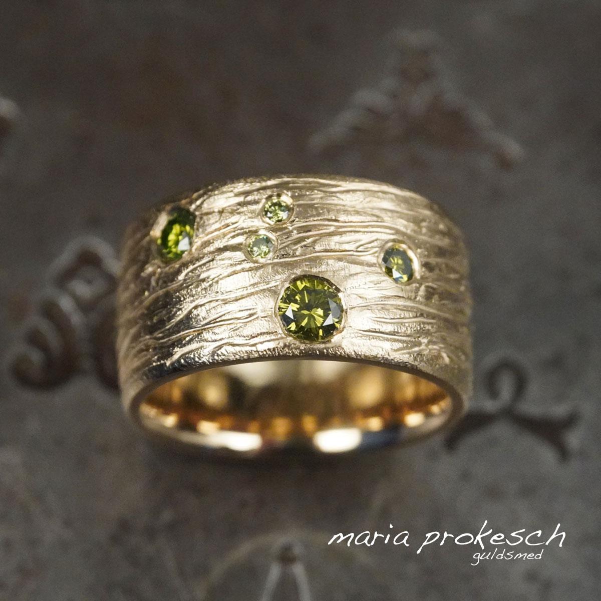 Bred damering, rustik med råt design. Grønne diamanter strøet. Bestil hos guldsmeden