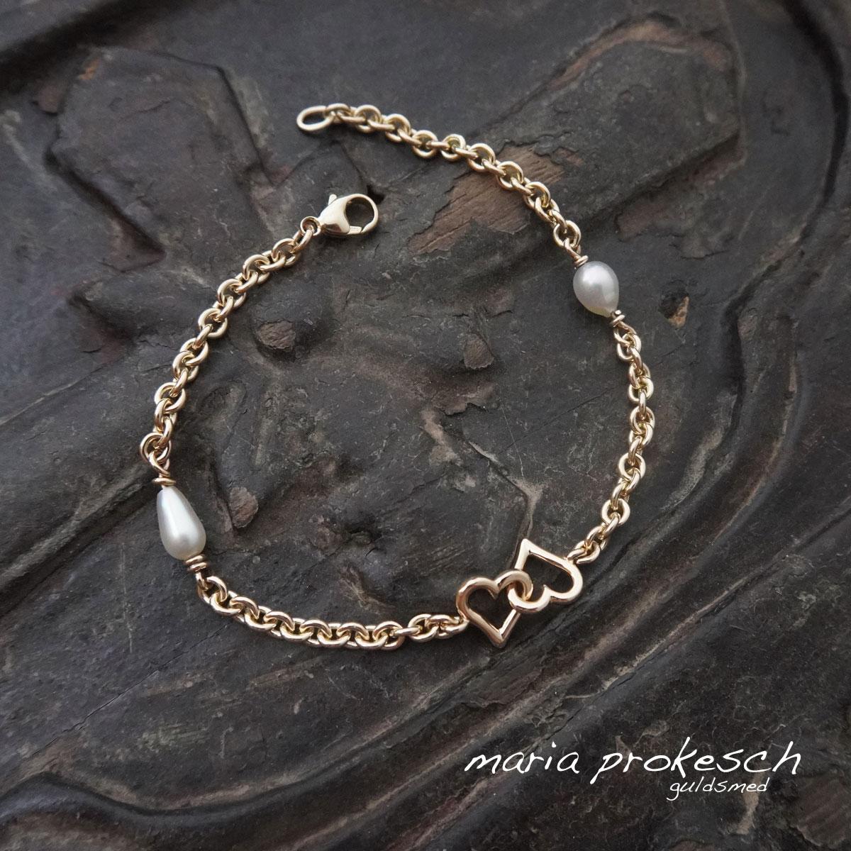 Armlænke i 14 kt guld med to håndlavede dobbelte hjerter og hvide keshi perler.