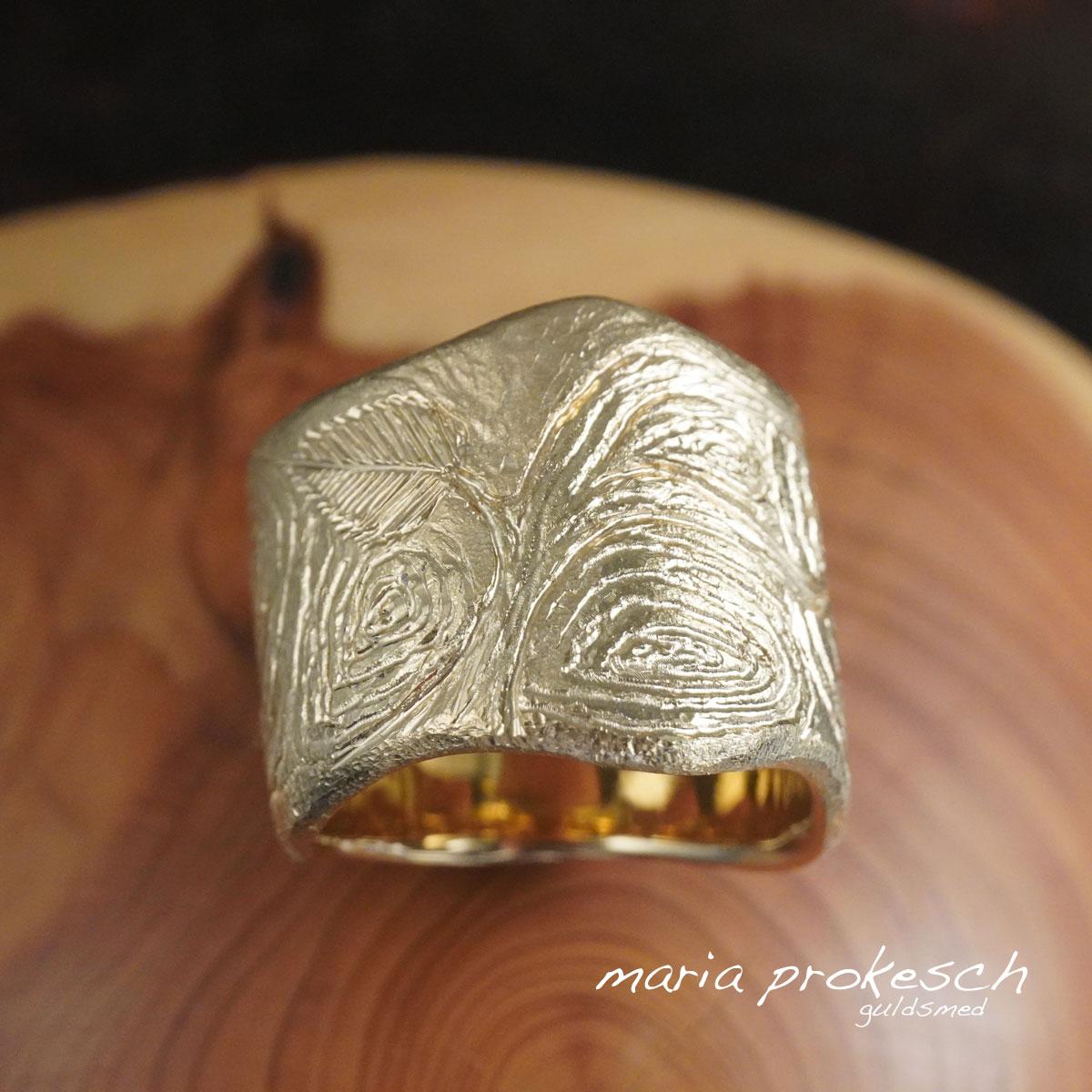 Herrering med årringe som træ, blade og natur. Guldring er både en meget bred og maskulin ring.