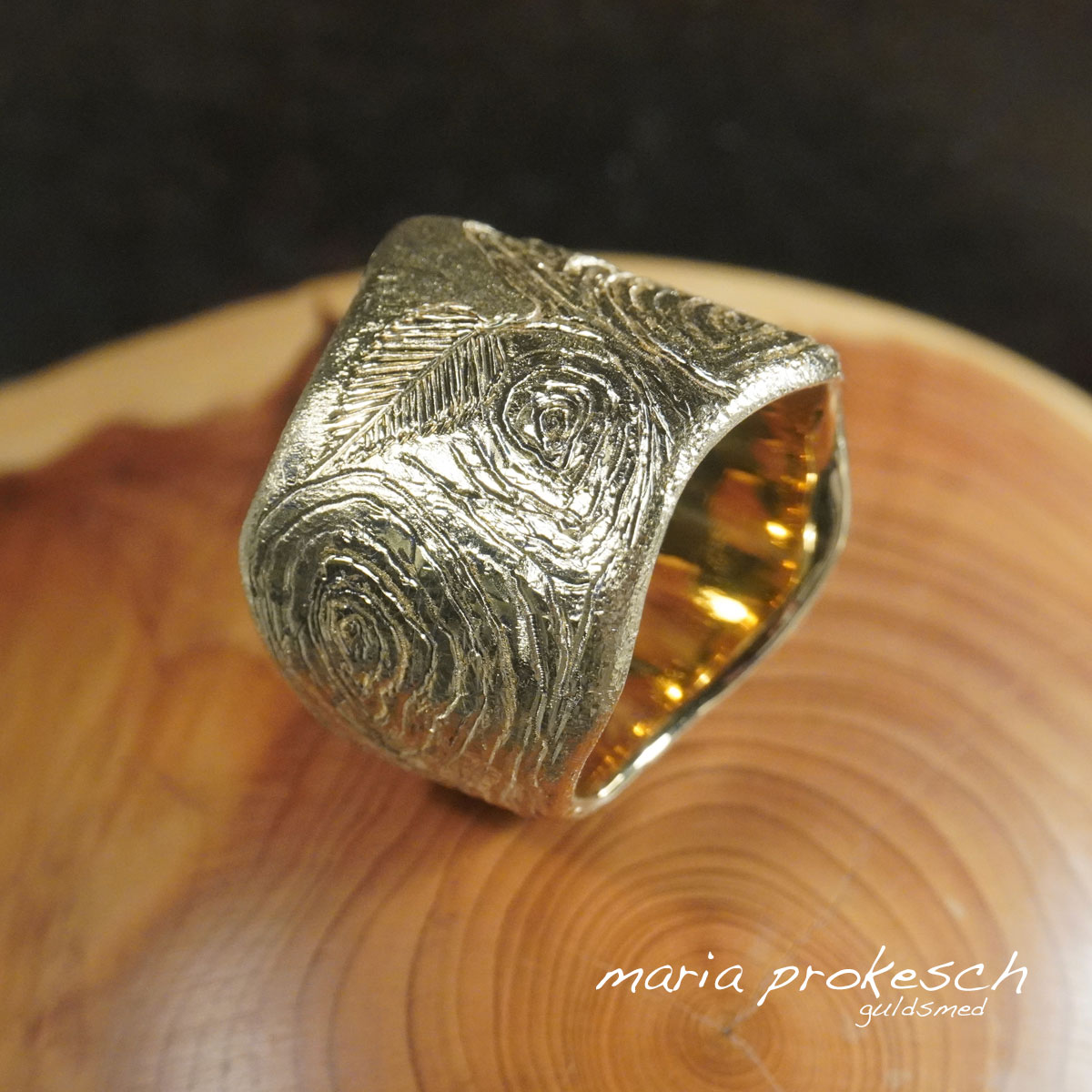 Herrering, bred guldring med rustikke årringe i natur design