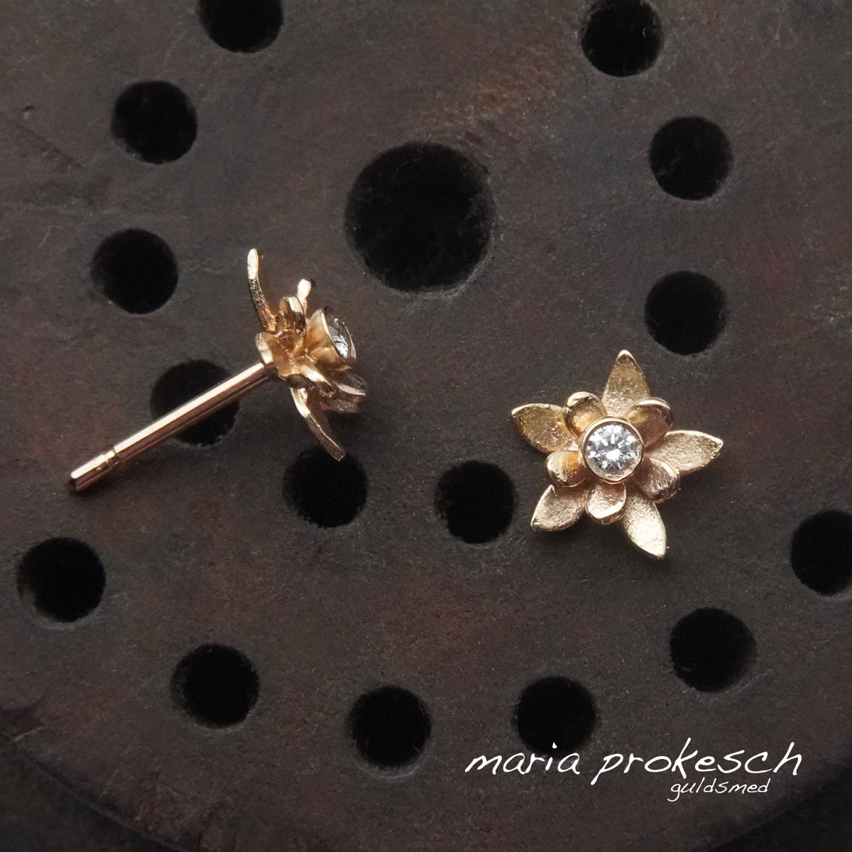 Ørestikkere, 18 kt guldblomster med diamanter i enkelt design.
