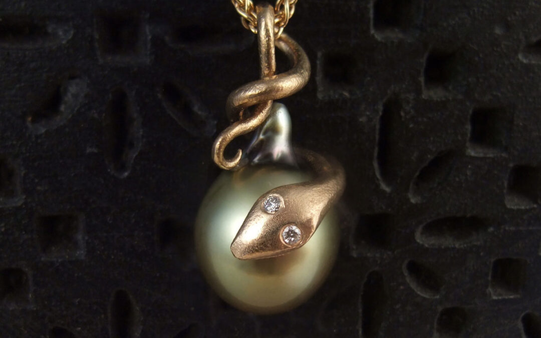 Slange i guld med grøn Fijiperle og diamanter