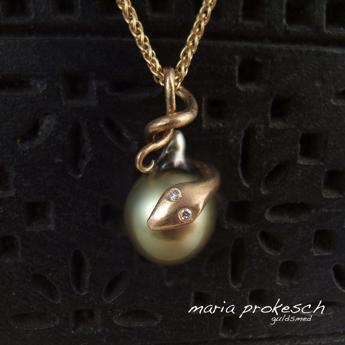 Unik perlevedhæng med håndlavet slange i 18 kt guld og grøn Fiji perle. Brillanter i slangens øjne.