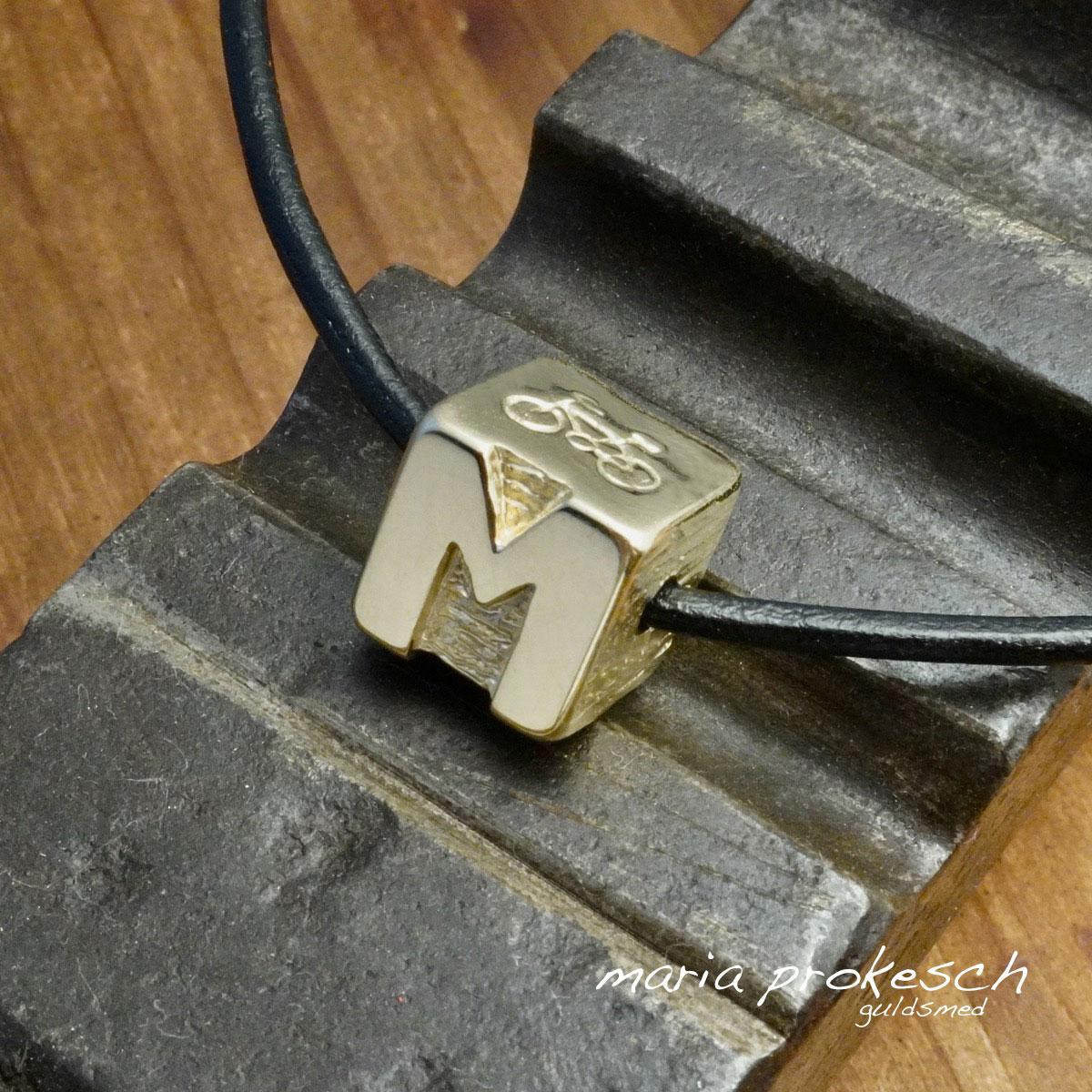 Vedhæng, herresmykke, terning i guld med initialer og cykel i råå design