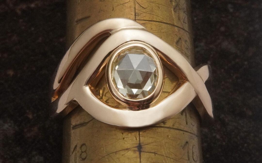 Rosenslebet diamant omgivet af guldtråde