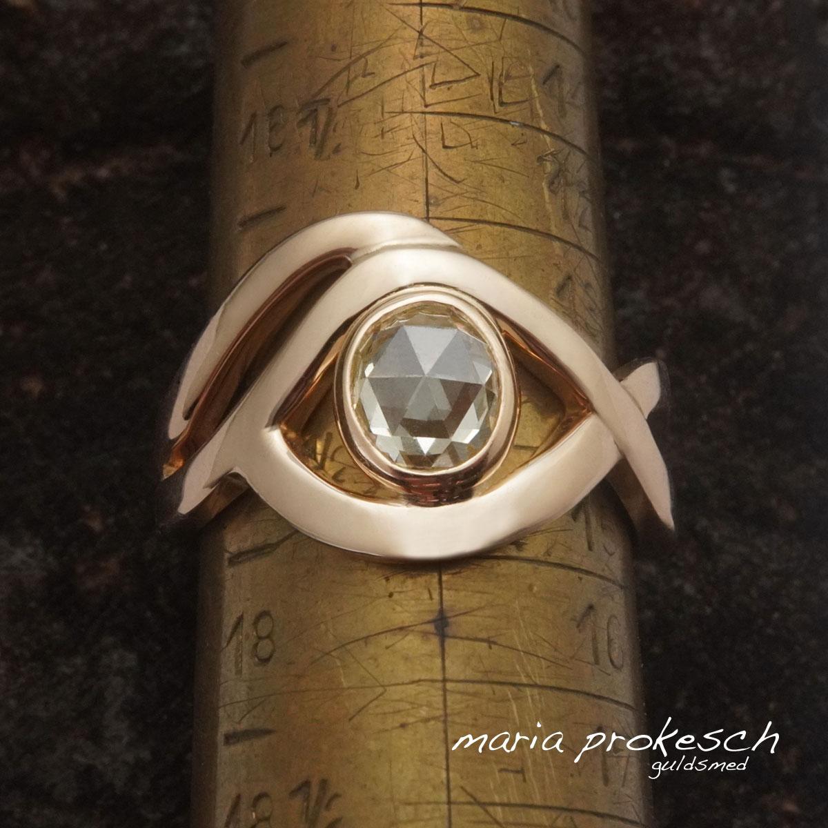 Guldring i enkelt og anderledes let design. Champagnefarvet rosenslebet diamant. Ringen er håndlavet